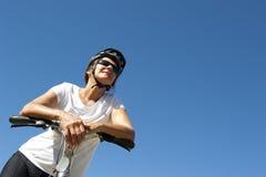 愉快的健康女性骑自行车者 库存图片