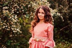 愉快的儿童女孩夏天画象在桃红色童话公主礼服穿戴了在森林里 库存图片