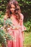愉快的儿童女孩夏天画象在桃红色童话公主礼服穿戴了在森林里 库存照片