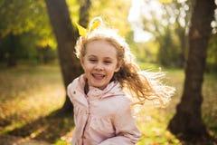 愉快的儿童女孩获得乐趣在秋天公园 库存图片