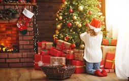 愉快的儿童女孩装饰了圣诞树 免版税图库摄影