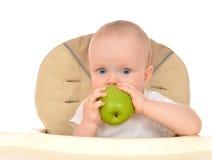 愉快的儿童小小孩用绿色苹果 图库摄影