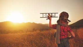 愉快的儿童梦想旅行和使用与飞机pil 库存照片