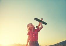 愉快的儿童梦想旅行和使用与飞机pil 免版税库存图片
