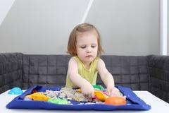 愉快的儿童游戏运动沙子在家 库存照片
