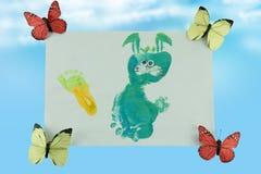 愉快的儿童的天 孩子为他的母亲绘了一个兔宝宝 图库摄影