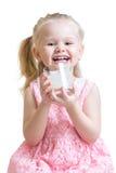 愉快的儿童饮用奶或酸奶 免版税图库摄影