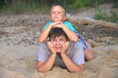 愉快的兄弟和夏天喜悦  免版税库存照片