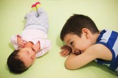 愉快的兄弟和姐妹 图库摄影