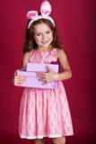 愉快的兔宝宝女孩拿着礼物盒 库存照片