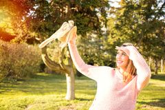 愉快的公园妇女 免版税库存照片