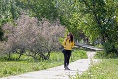 愉快的公园走的妇女 免版税库存图片