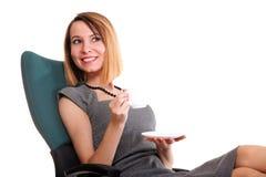 愉快的兴奋新女实业家,放松在办公室椅子 免版税库存照片