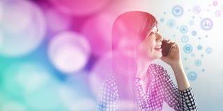 愉快的兴高采烈的面孔妇女谈话通过聪明的电话概念, Communi 图库摄影