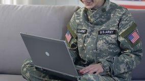 愉快的军事妇女谈话与家庭膝上型计算机由线上申请,技术 股票录像