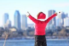 愉快的冬天妇女在城市 免版税库存照片