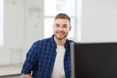 愉快的创造性的人或学生在办公室 免版税库存照片