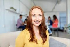 愉快的创造性的女工在办公室或学生 库存照片
