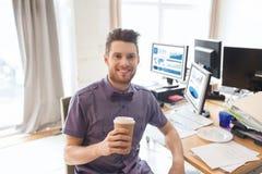 愉快的创造性的男性办公室工作者饮用的咖啡 免版税图库摄影