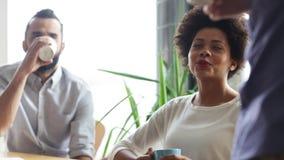 愉快的创造性的队饮用的咖啡在办公室 股票视频