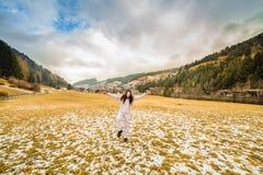 愉快的前辈在度假在白云岩山的 免版税图库摄影