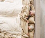 愉快的前辈有已婚的夫妇休息在家 库存图片