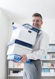 愉快的办公室工作者运载的箱子 库存照片