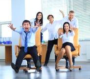 愉快的办工室职员获得乐趣在工作 免版税库存照片