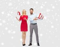 愉快的加上圣诞节在雪的礼物盒 免版税图库摄影
