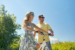 愉快的加上在国家的自行车 免版税库存图片