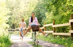 愉快的加上在夏天公园的自行车 库存图片