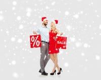 愉快的加上在雪的红色购物袋 免版税图库摄影
