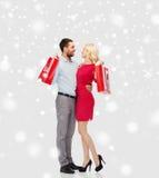 愉快的加上在雪的红色购物袋 库存图片