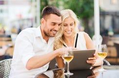 愉快的加上在餐馆休息室的片剂个人计算机 免版税库存照片