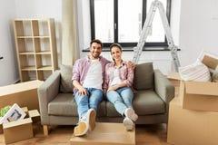 愉快的加上搬到新的家的箱子 免版税库存照片