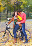 愉快的加上自行车在秋天公园 库存照片