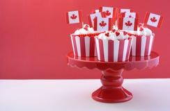 愉快的加拿大日党杯形蛋糕 免版税库存照片