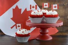 愉快的加拿大日杯形蛋糕 免版税库存图片