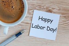 愉快的劳动节-在木桌背景的消息与早晨咖啡杯 劳动节庆祝在5月1日 春天 库存照片