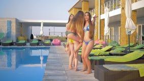 愉快的匀称女朋友到泳装里获得乐趣靠近水池在暑假时在手段 股票录像