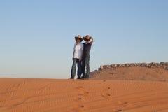 愉快的十几岁在沙漠 免版税库存图片