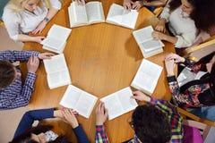 愉快的十几岁小组在学校 免版税库存照片