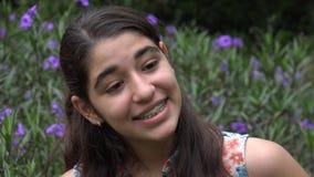 愉快的十几岁的女孩在花园里 股票视频