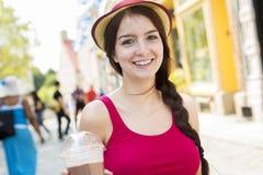 年轻愉快的十几岁的女孩在都市地方 库存图片