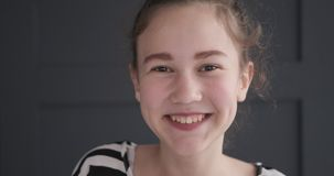 愉快的十几岁的女孩 股票视频