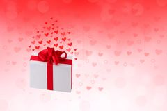 愉快的华伦泰或婚礼那天 与心脏的摘要爱浪漫假日红色背景和有红色丝带的一个礼物盒 皇族释放例证