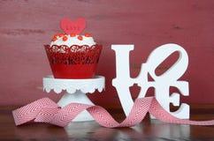 愉快的华伦泰红色天鹅绒杯形蛋糕 免版税库存照片