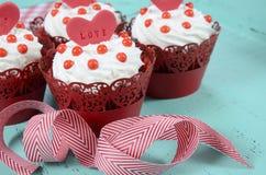愉快的华伦泰红色天鹅绒杯形蛋糕 库存图片