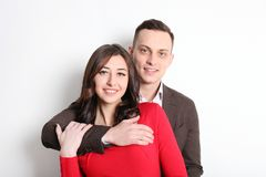 愉快的华伦泰` s天照片写真 在宽微笑的爱的夫妇,显示喜爱,老练公务便装样式 第14 febr 免版税库存照片