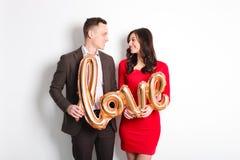 愉快的华伦泰` s天照片写真 在宽微笑的爱的夫妇,显示喜爱,老练公务便装样式 第14 febr 库存图片